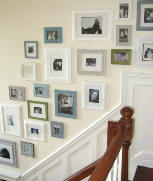 размещение рамок для фото на стене